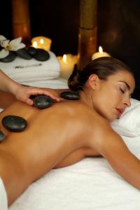 Formas de combatir el frío en Caroli: masaje de piedras calientes